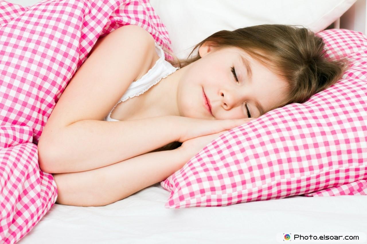 Снимает трусики девочка со спящей девочки 13 фотография